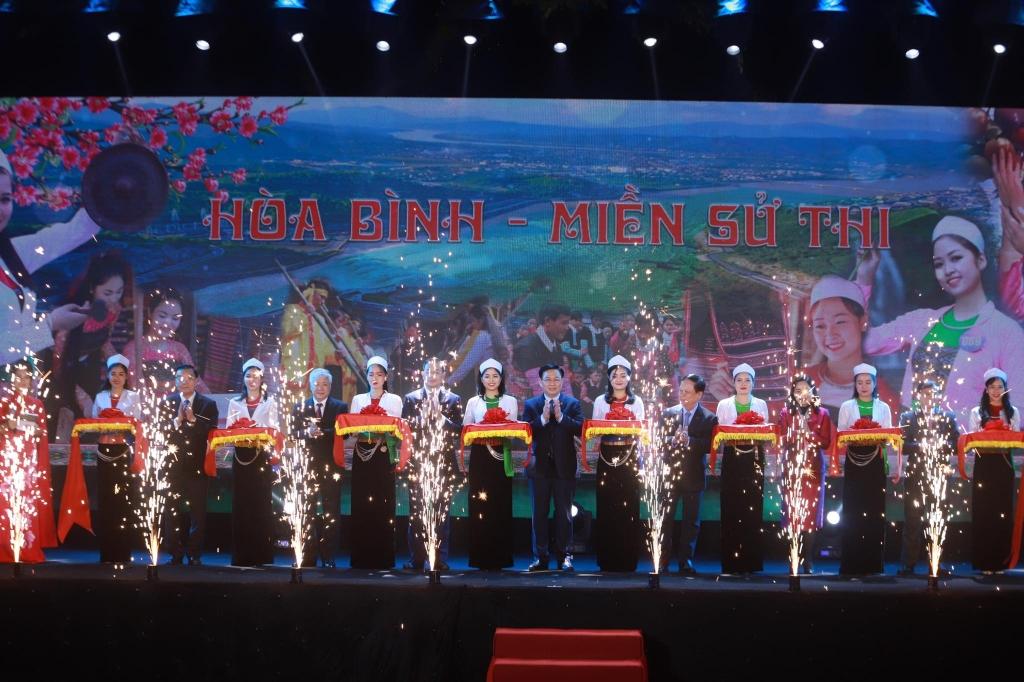 """Các đại biểu cắt băng khai mạc Ngày hội văn hoá, du lịch """"Hòa Bình – Miền sử thi"""" tại Hà Nội năm 2021"""
