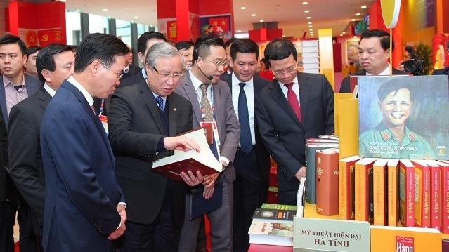 """Khai trương trưng bày sách, ảnh """"Vững bước dưới cờ Đảng quang vinh"""""""