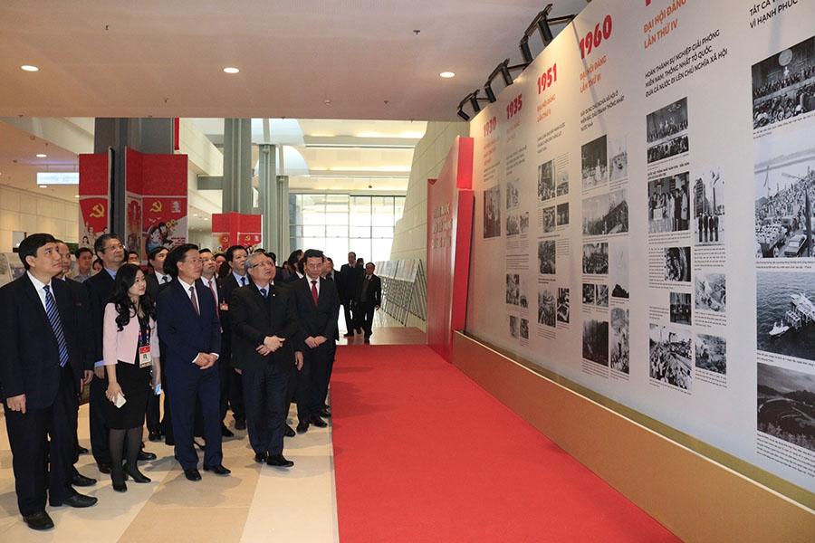 Đồng chí Trần Quốc Vượng và các đồng chí lãnh đạo thăm quan triển lãm ảnh của TTXVN