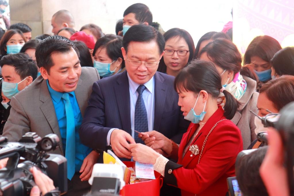 Lãnh đạo Trung ương và thành phố Hà Nội thăm phiên chợ bán hàng giảm giá