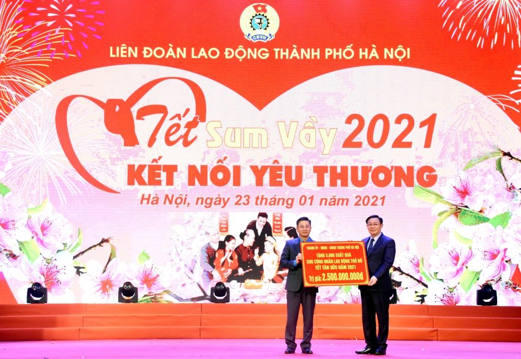 Bí thư Thành ủy Vương Đình Huệ trao 500 suất quà Tết của TP Hà Nội cho công nhân lao động Thủ đô.