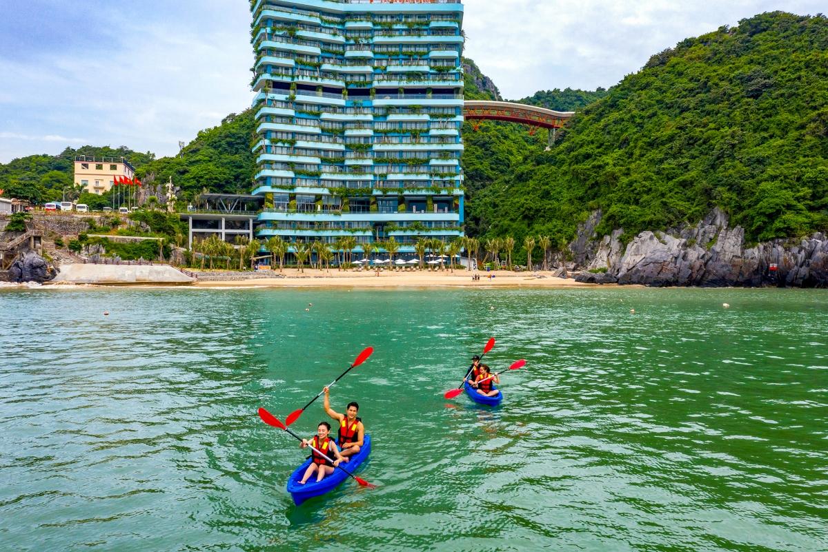 Chèo kayak tại Cát Bà. Nguồn: Flamingo