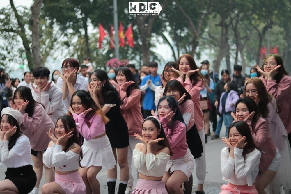 Fan KPop cover SNSD, BlackPink mừng năm mới náo loạn phố đi bộ Hồ Gươm