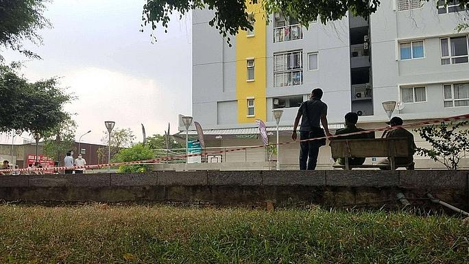 Lực lượng chức năng bảo vệ hiện trường nơi Chi cục trưởng Chi cục THADS quận BÌnh Tân rơi tử vong