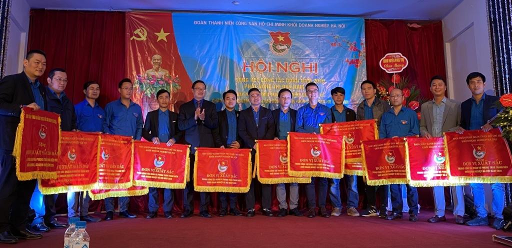 Anh Đặng Quang Hải, Bí thư Đoàn Khối Doanh nghiệp Hà Nội và anh Chu Mạnh Tiến, Phó Bí thư Đoàn Khối trao cờ thi đua tới các đơn vị cơ sở có thành tích xuất sắc