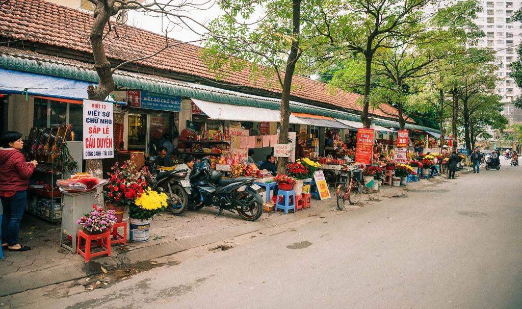 Dọc đường đi vào Chùa Hà có rất nhiều dịch vụ phục vụ các bạn trẻ vào dâng lễ cầu duyên