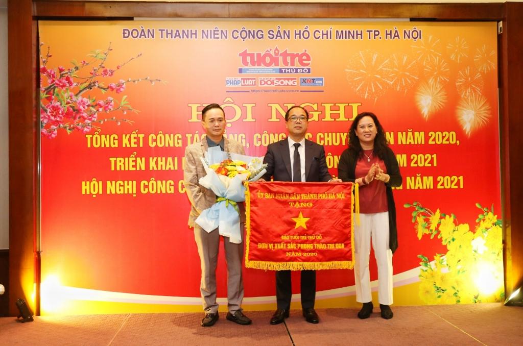 Đồng chí Nguyễn Thị Mai Hương, Phó Giám đốc Sở Thông tin và Truyền thông thành phố Hà Nội trao cờ thi đua của UBND thành phố Hà Nội tới Ban Biên tập báo Tuổi trẻ Thủ đô