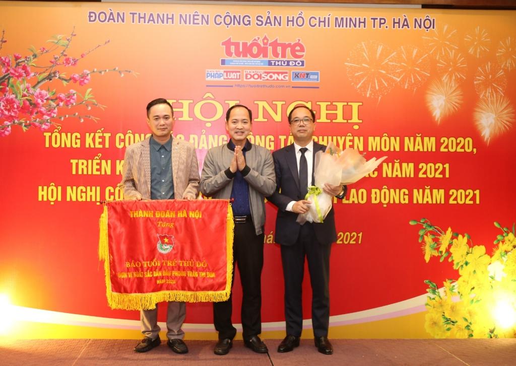 Đồng chí Nguyễn Đức Tuấn, Phó Bí thư Đảng uỷ cơ quan Thành đoàn Hà Nội trao cờ thi đua xuất sắc dẫn đầu