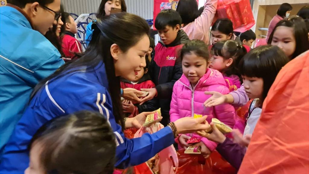 Đồng chí Bùi Lan Phương phát kẹo cho các em nhỏ