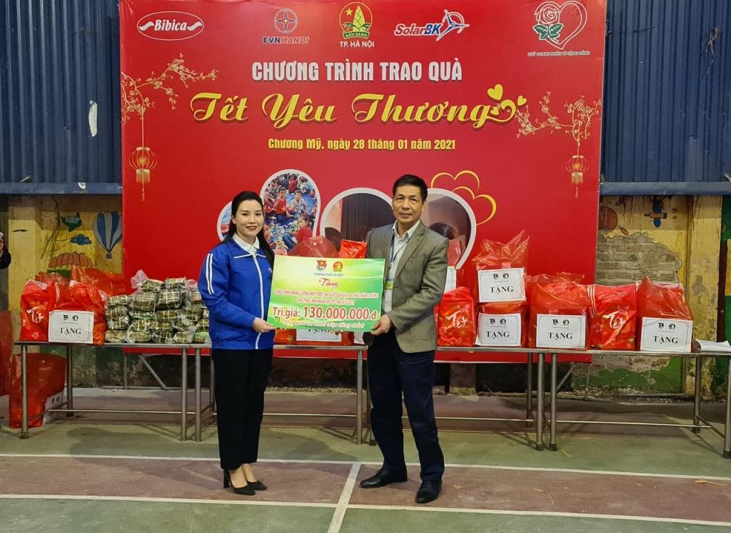Lãnh đạo Thành đoàn Hà Nội trao quà cho Trung tâm nuôi dưỡng trẻ em khuyết tật Hà Nội