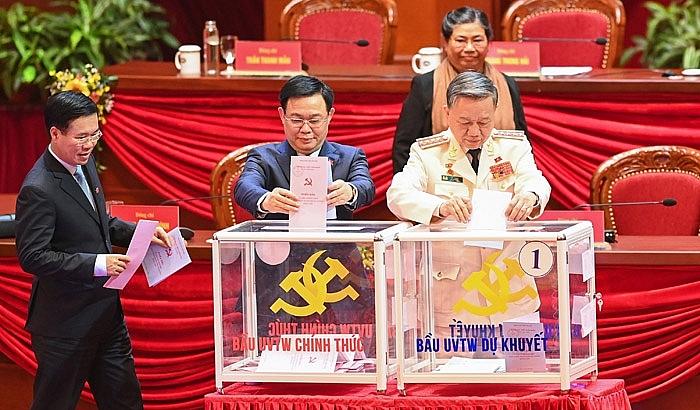 Đoàn Chủ tịch Đại hội bỏ phiếu bầu Ban Chấp hành Trung ương khóa XIII.