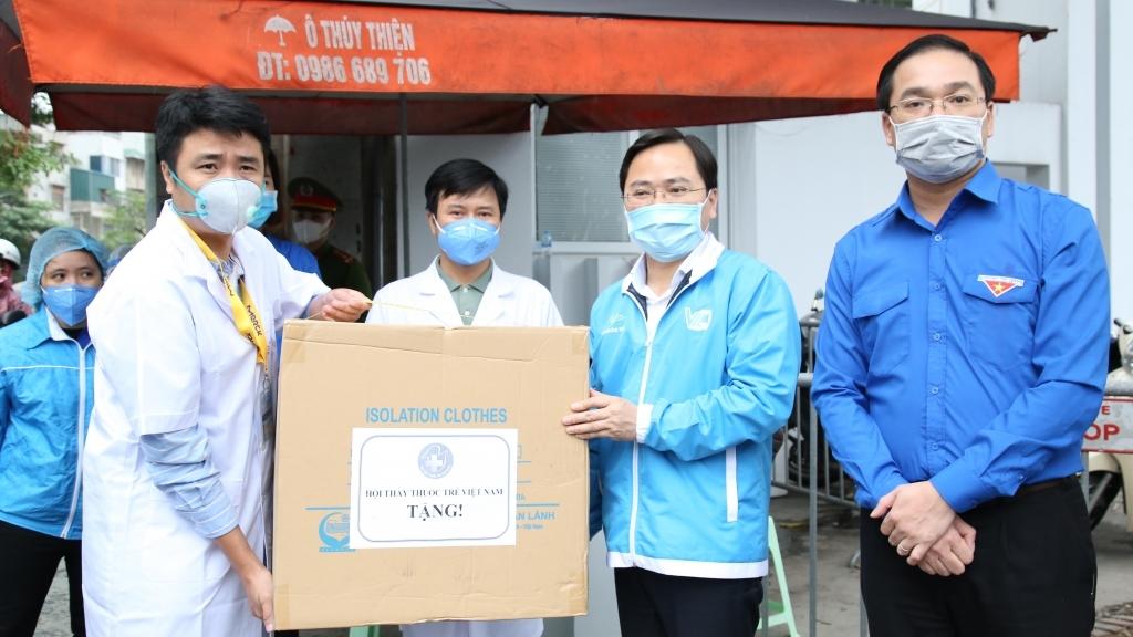 1,5 triệu khẩu trang y tế tặng tuyến đầu chống dịch