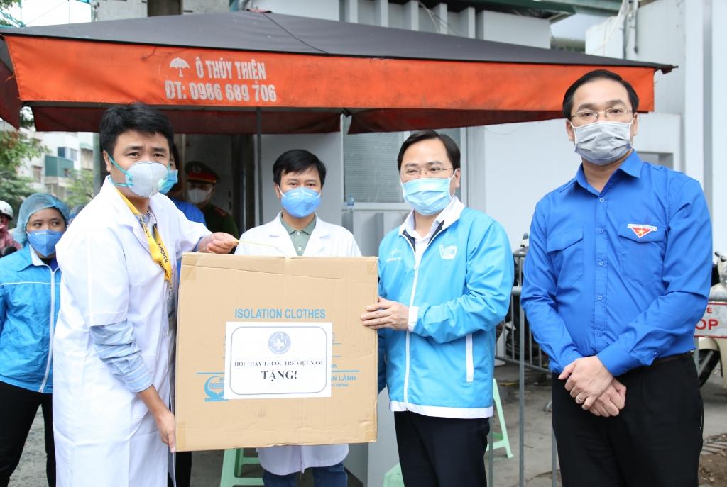 Bí thư Thứ nhất Trung ương Đoàn Nguyễn Anh Tuấn trao khẩu trang tặng các y, bác sĩ