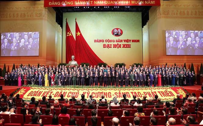 Ban Chấp hành Trung ương Đảng khóa XIII ra mắt tại phiên Bế mạc Đại hội.