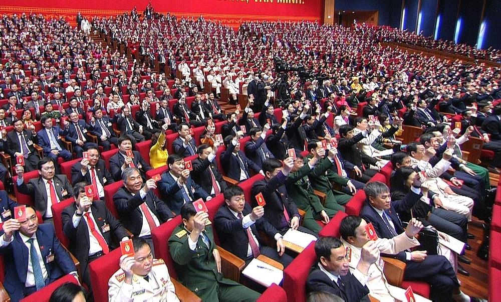 Các đại biểu biểu quyết, thông qua Nghị quyết Đại hội XIII Đảng Cộng sản Việt Nam.
