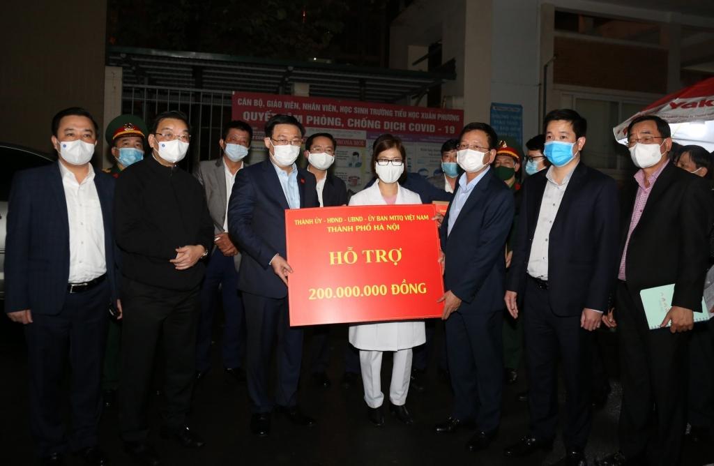 Bí thư Thành ủy Hà Nội Vương Đình Huệ cùng các lãnh đạo TP tặng quà và 200 triệu đồng để động viên các giáo viên, học sinh, phụ huynh học sinh đang thực hiện cách ly tại Trường Tiểu học Xuân Phương