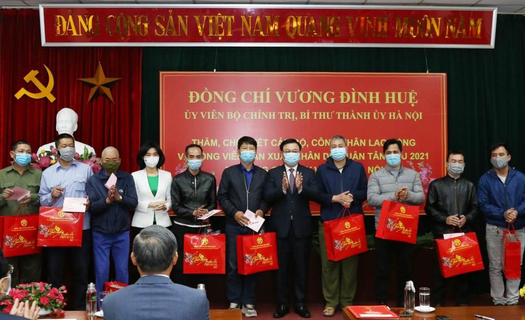 Bí thư Thành ủy Vương Đình Huệ tặng quà, động viên công nhân lao động có hoàn cảnh khó khăn