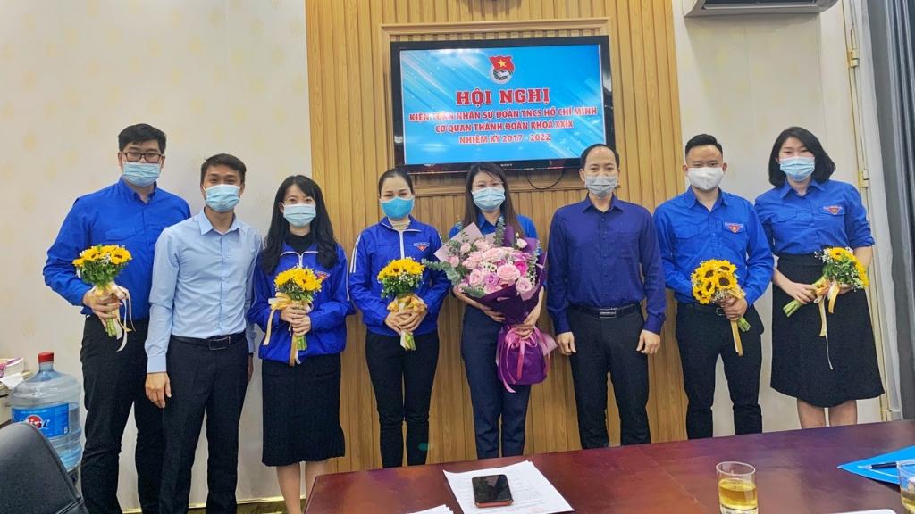 Các vị đại biểu tặng hoa chúc mừng Ban Chấp hành Đoàn
