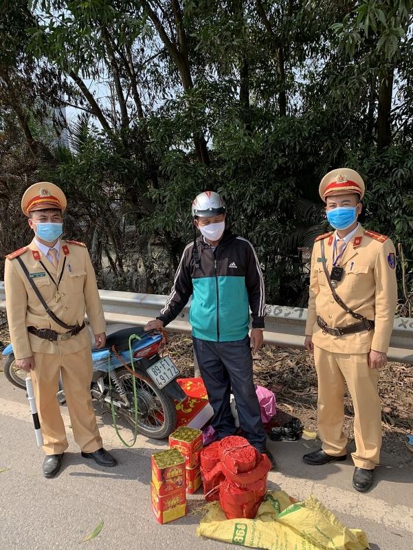 Tang vật cùng đối tượng bị CSGT Bắc Giang bắt quả tang