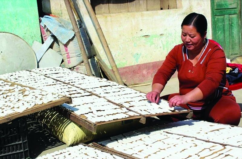 Người dân Tràng Định phơi bánh Pẻng khua