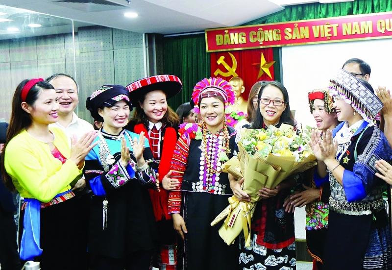 Thứ trưởng, Phó Chủ nhiệm Ủy ban Dân tộc Hoàng Thị Hạnh cùng các giáo viên dân tộc thiểu số tiêu biểu