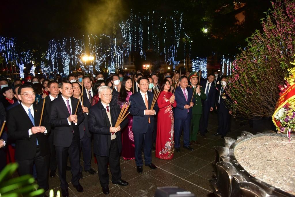 Tổng Bí thư, Chủ tịch nước Nguyễn Phú Trọng và các đồng chí lãnh đạo Trung ương, TP Hà Nội dâng hương tại Tượng đài Lý Thái Tổ
