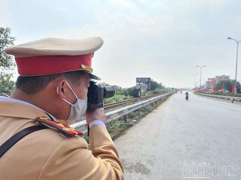 Cán bộ, chiến sĩ Đội CSGT số 8 sử dụng thiết bị công nghệ để xử lý vi phạm liên quan đến chạy quá tốc độ