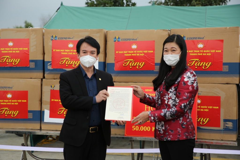 Chủ tịch Ủy ban MTTQ Việt Nam TP Hà Nội Nguyễn Lan Hương huyển thư thăm hỏi của Đảng bộ, Chính quyền và Nhân dân Thủ đô tới Đảng bộ, Chính quyền và Nhân dân tỉnh Hải Dương