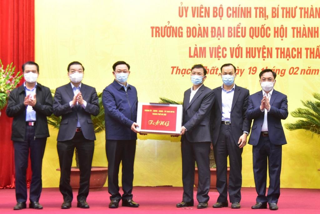 Lãnh đạo thành phố trao quà tặng huyện Thạch Thất