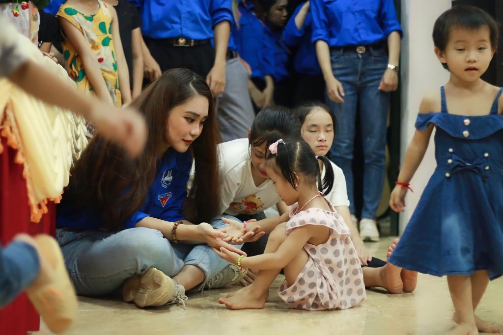 Khánh Linh tham gia nhiều hoạt động tình nguyện