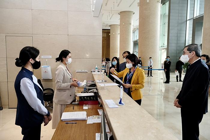 Phó Bí thư Thường trực Thành ủy Nguyễn Thị Tuyến kiểm tra công tác phòng, chống dịch Covid-19 tại Trung tâm thương mại Lotte