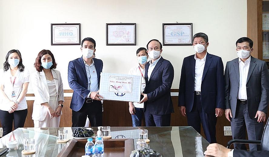 tặng quà tập thể cán bộ, nhân viên Công ty cổ phần Dược phẩm CPC1 Hà Nội.