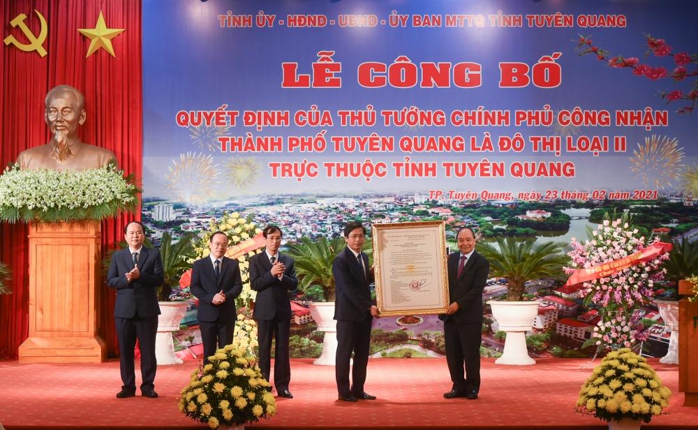 Thủ tướng Nguyễn Xuân Phúc đã dự lễ công bố Quyết định công nhận thành phố Tuyên Quang là đô thị loại II trực thuộc tỉnh Tuyên Quang