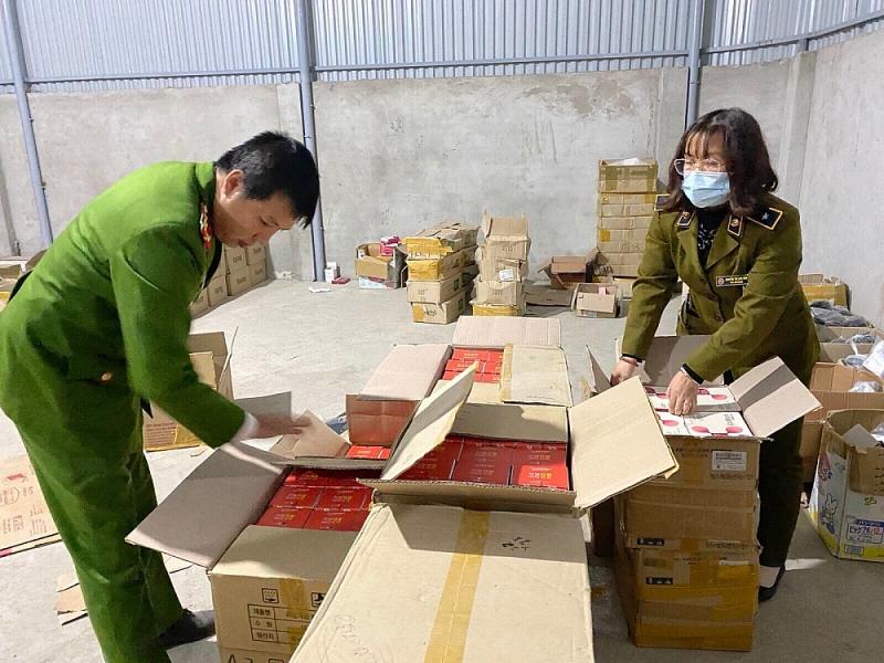 Lực lượng chức năng kiểm tra hàng hóa trước khi lưu kho