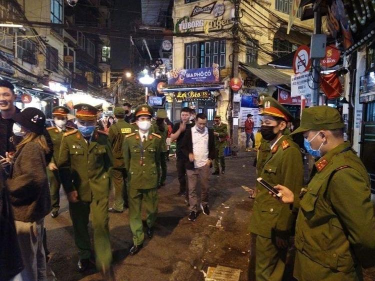 17 người nhập cảnh bằng chuyến bay VN0054 được cách ly ở quận Hoàn Kiếm