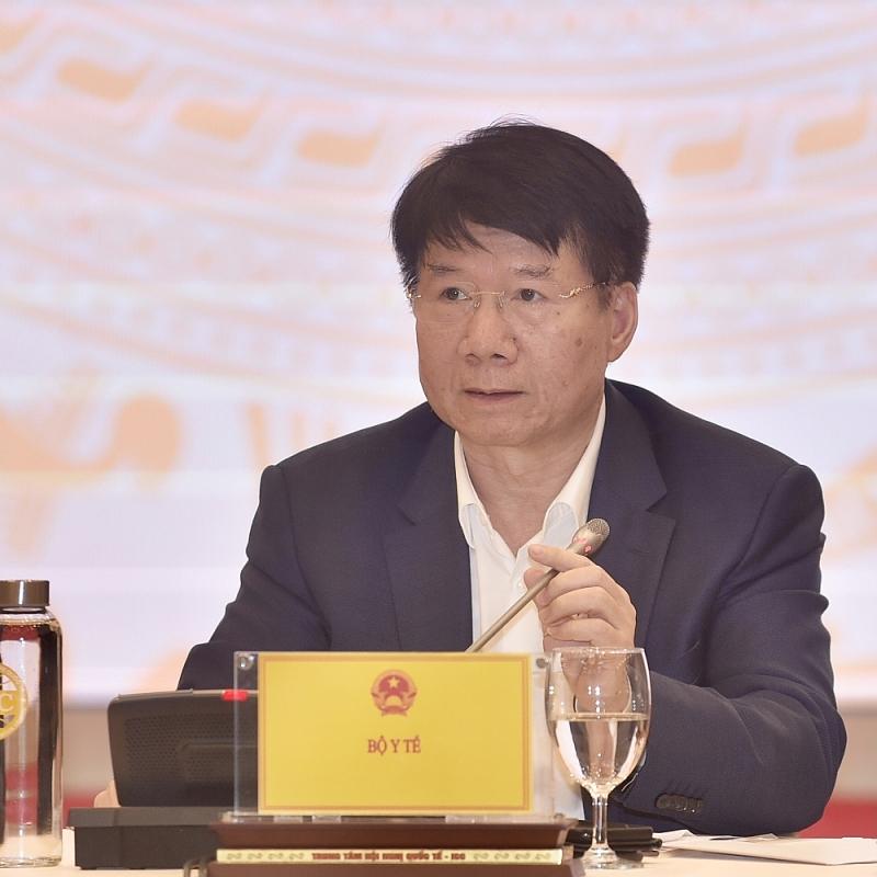 Thứ trưởng Bộ Y tế Trương Quốc Cường trả lời câu hỏi liên quan đến vaccine phòng COVID-19. Ảnh: Nhật Bắc