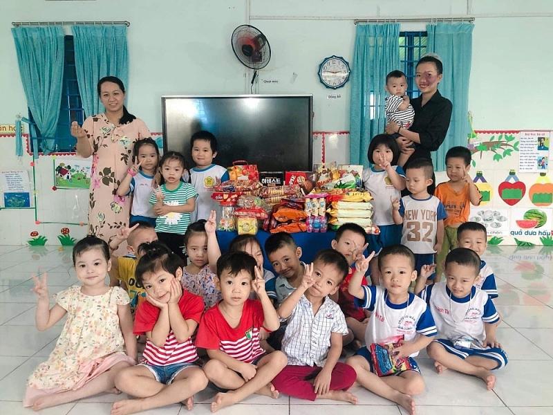 Bích Ngân là cô giáo mầm non được nhiều học sinh yêu mến (áo đen, bên phải). Ảnh: NVCC