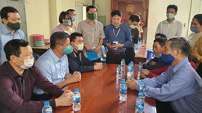 Phó Chủ tịch UBND thành phố Nguyễn Mạnh Quyền thăm hỏi, động viên gia đình nạn nhân (ảnh hanoi.gov,vn)