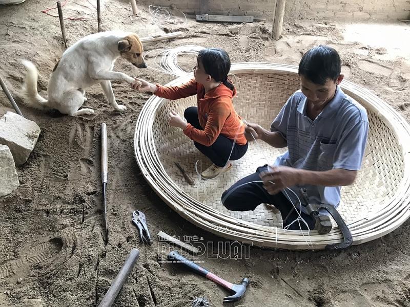Vợ chồng anh Trung - chị Kiều duy trì nghề làm thuyền thúng chai