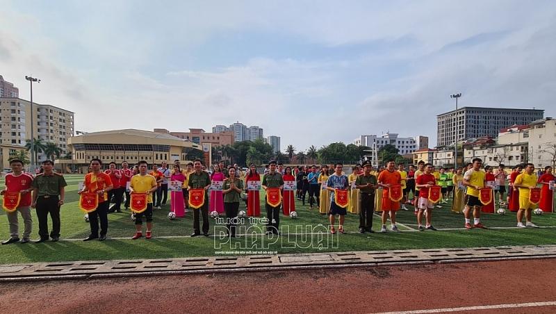 Ban Tổ chức tặng cờ lưu niệm cho các đội bóng dự giải