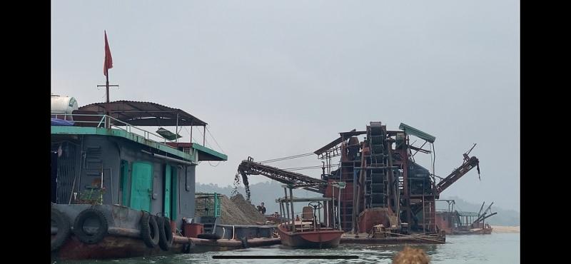 Bắt quả tang tàu cuốc đang hút cát trộm trên sông Đà