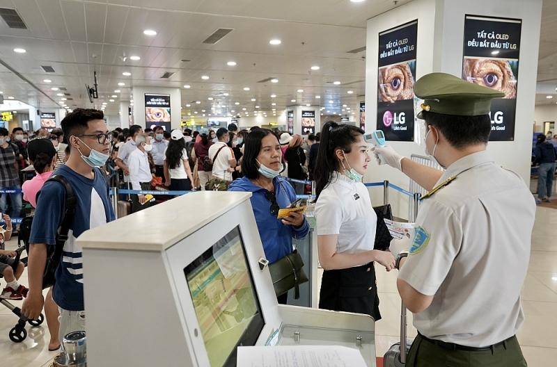 Hành khách được nhân viên ANHK kiểm tra thân nhiệt