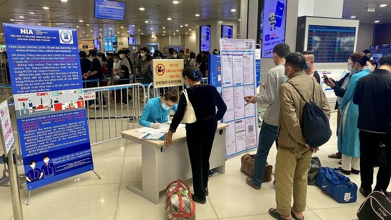 Các hãng hàng không bố trí bàn hỗ trợ khai báo y tế ngay phía ngoài gần lối vào xếp hàng qua cửa kiểm soát ANHK