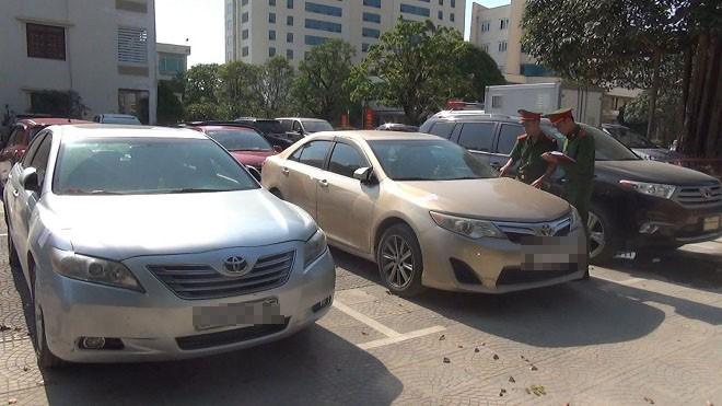 """Tạm giữ 10 chiếc xe """"siêu sang"""" nhập lậu từ Lào"""