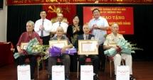 Chủ tịch HĐND TP Hà Nội Nguyễn Thị Bích Ngọc trao Huy hiệu Đảng tại quận Hoàng Mai