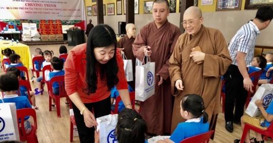 Thăm, tặng quà trẻ em mồ côi tại Trung tâm Bảo trợ xã hội chùa Bồ Đề