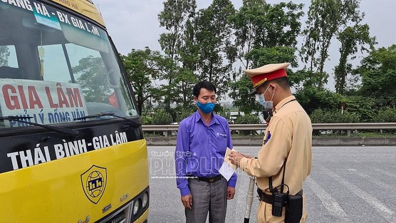 Các phương tiện chở khách theo hướng về Hà Nội đều được kiểm soát, nhất là phương tiện từ các tỉnh có dịch Covid-19 diễn biến phức tạp