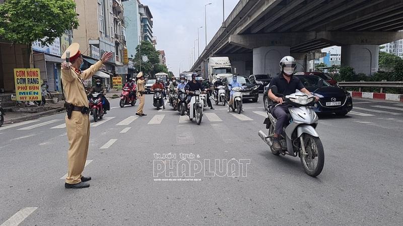 Cán bộ Đội CSGT số 14 điều tiết giao thông trên địa bàn, chuẩn bị phương án cụ thể cho ngày đón người dân về Thủ đô học tập, công tác sau kỳ nghỉ lễ