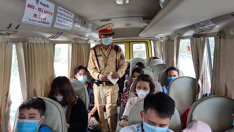 Cán bộ Đội CSGT số 8 kiểm tra số lượng khách trên xe và nhắc nhở mọi người tuân thủ phòng dịch