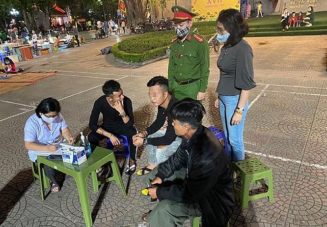 Lực lượng chức năng nhắc nhở, xử phạt người dân không thực hiện đeo khẩu trang phòng dịch trên địa bàn quận Hoàn Kiếm (ảnh HNM)